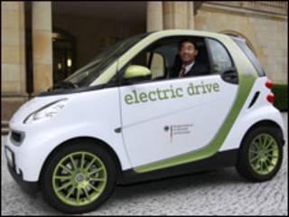 Ministro alemão das Finanças, Philip Roesler, dirige carro elétrico em Berlim (Foto Reuters)