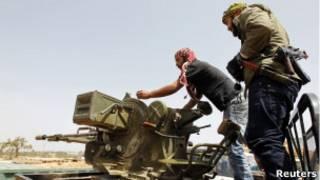 مقاتلون من المعارضة في مصراتة