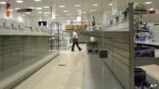 Пустые полки магазина в Минске