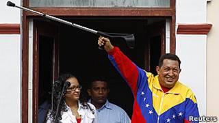 El presidente de Venezuela, Hugo Chávez, el domingo al salir al balcón del Palacio de Miraflores en mulestas