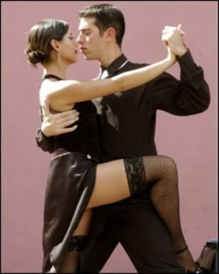 Dançarinos demonstram passos de tango em Buenos Aires (Arquivo/BBC)