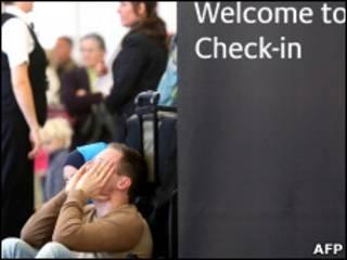 Passageiro em aeroporto da Escócia nesta terça-feira (AFP)