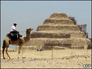 Pirâmide no sítio arqueológico de Saqqara