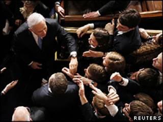 Netanyahu foi aplaudido durante o discurso e recebeu os cumprimentos dos congressistas depois (Reuters)