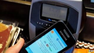 Un teléfono Samsung pagando