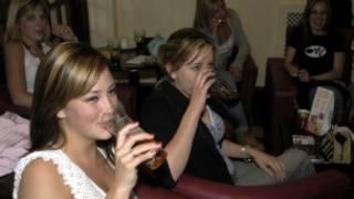 Женщины пьют пиво в пабе