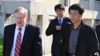 美國負責朝鮮人權事務的特使羅伯特·金(左)與剛獲釋的韓裔美國人全勇洙(中)離開平壤時的照片(28/05/2011)