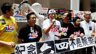 香港支聯會主席李卓人(左三)在擺放民主女神像活動上發表講話(28/5/2011)