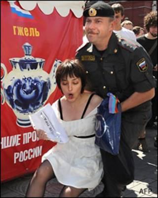 Задержание участницы гей-акции в Москве