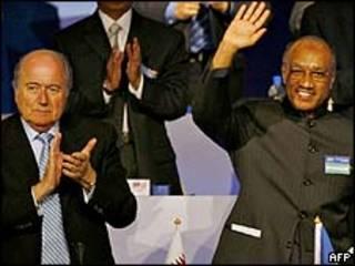 Sepp Blatter (esquerda) Mohammed Bin Hammam/AFP