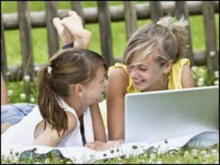 Bé gái trò chuyện bên máy tính xách tay