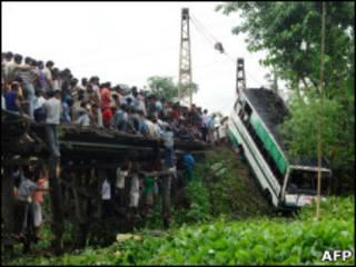 Ônibus acidentado é içado de rio em Assam