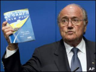 Blatter mostra código de ética da Fifa durante entrevista na segunda-feira
