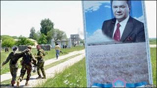 плакат Януоковича на полігоні
