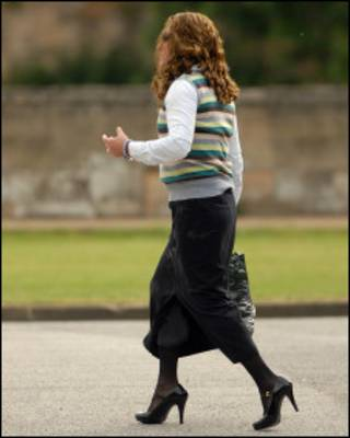 Martyn Crute saindo de tribunal de Lincoln vestido de mulher (foto: Caters)