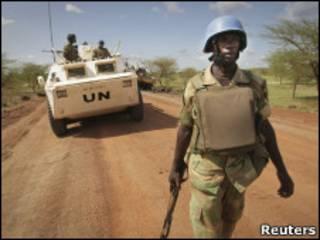 Soldado da força de paz da ONU patrulha Abyei
