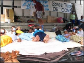 Greve de fome diante da embaixada brasileira (Foto: Claudia Jardim - BBC Brasil)