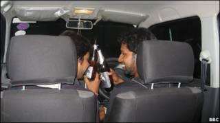 गाड़ी में शराब पी रहे युवक