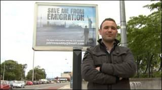 Mac An Iomaire em frente ao outdoor instalado em Dublin