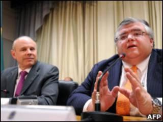 Carstens (à dir) com Mantega (Foto: AFP)