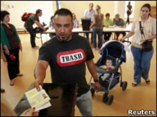 Eleitor se identifica para votar em Lisboa.