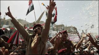Тисячі людея у столиці Ємену Сані святкують, хоча досі чути постріли і вибухи