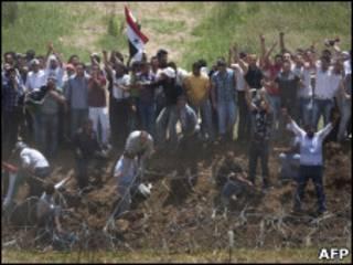 Manifestantes na fronteira entre Israel e as Colinas de Golã.