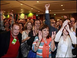 Partidários do PSD, de centro-direita, comemoram pesquisas boca de urna em Lisboa (AP)