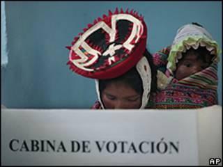 Indígena Quechua vota em eleições do Peru (AP)