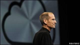 Глава компании Apple Стив Джобс на презентации сервиса iCloud