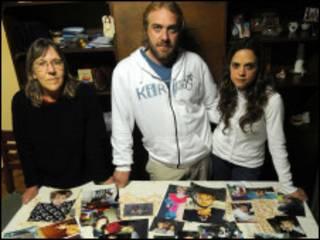 Adrián Unchalo, com a família e fotos do filho que não vê há 10 anos (Foto: Diario El Día)