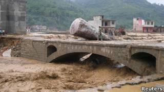 Мост в зоне наводнения в Китае