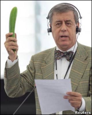 Deputado espanhol Francisco Sosa-Wagner discursa em favor do pepino no Parlamento europeu