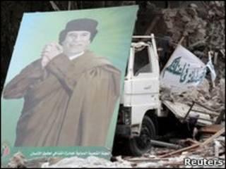 Cartaz com foto de Muamar Khadafi em Trípoli