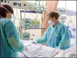 Enfermeiras cuidam de paciente com infecção pela E.coli em hospital de Luebeck, no norte da Alemanha