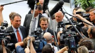 Даниэль Бар в окружении журналистов