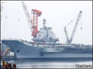 O porta-aviões no porto de Dalian (Foto: Reuters)