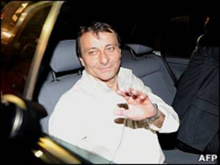 Cesare Battisti deixa prisão em Brasília (Foto: AFP/ Getty Images)