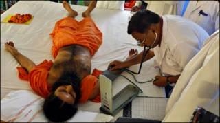 बाबा रामदेव के स्वास्थ्य का परीक्षण करते डॉक्टर