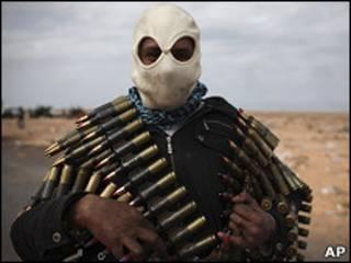 Soldado da Libia exibe suas armas (AP)