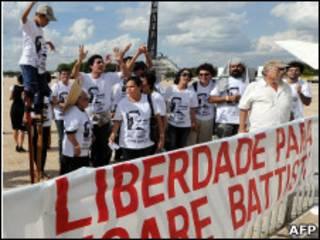Manifestantes pedem libertação de Battisti em frente ao STF antes da votação