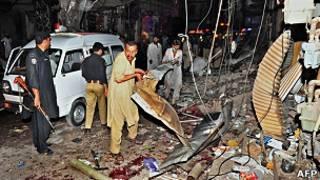 巴基斯坦白沙瓦爆炸發生後救援人員忙於搶救傷者(12/6/2011)