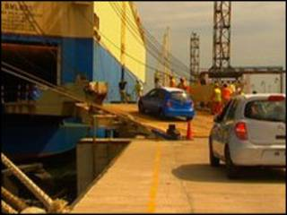 Xe Nissan Micra được đưa lên tàu Hàn Quốc tại cảng Ennore Port, Ấn Độ