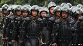 中国武警进入广州新塘(资料照片)