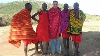 Sánchez com a tribo Masai, na África (foto: Jorge Sánchez)