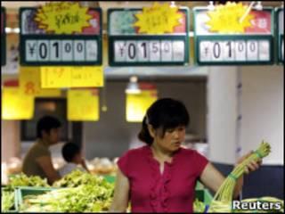 Mulher escolhe alimentos em supermercado de Heifei, na China