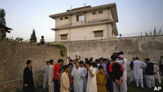 تجمع مردم در مقابل ویلایی که بن لادن در آن مخفی شده بود