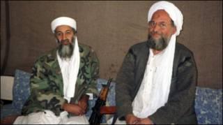 Ayman al-Zawahiri bên tay trái Bin Laden