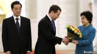 Дмитрий Медведев вручает цветы первой леди КНР