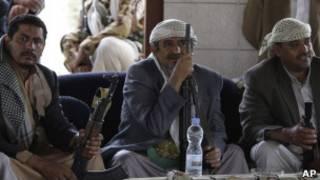 الشيخ صادق الأحمر(وسط) في منزله بصنعاء